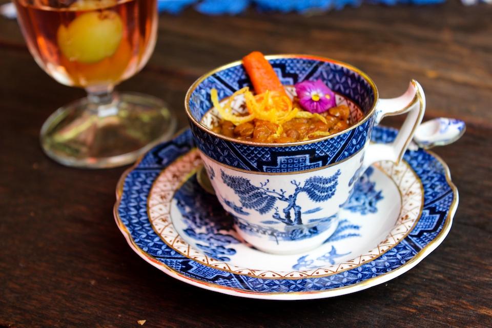 Das Curry wird in einer Porzellantasse serviert.