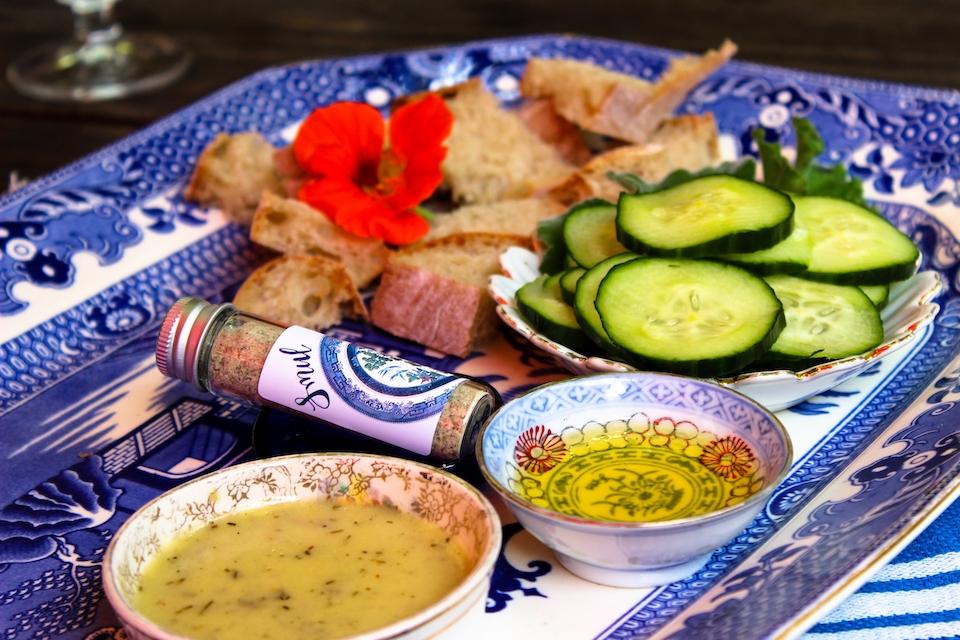 Fynbos Gewürz und Saucen sind auf einem Teller angerichtet.